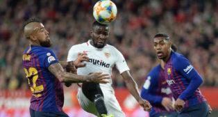 Amadou pugna con Arturo Vidal durante el Sevilla-Barcelona (AFP)