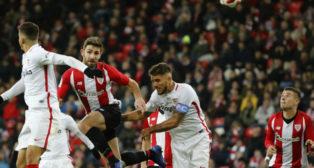 Yeray pugna con Carriço en un lance del Athletic-Sevilla de la Copa (Foto: EFE)