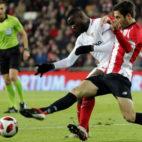 Amadou pugna con Susaeta en un lance del Athletic-Sevilla de la Copa (Foto: EFE)