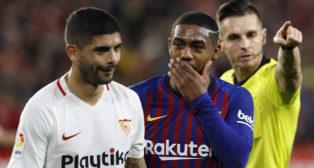 Banega y Malcom hablan durante el Sevilla-Barcelona (EFE)