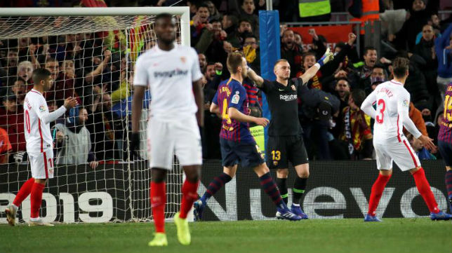 Momento en el que Cillessen muestra su alegría tras parar el penalti a Banega en la Copa