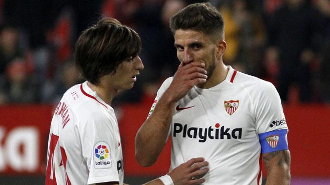 Bryan Gil y Daniel Carriço, en un lance del Sevilla-Athletic (Manuel Gómez)