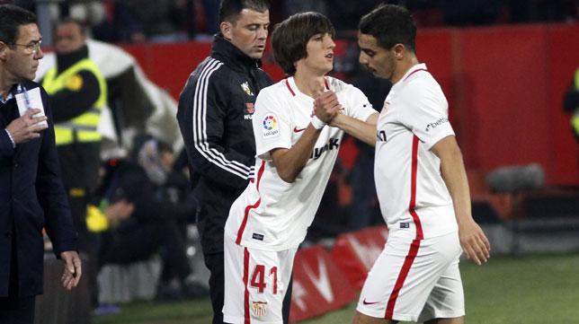 Bryan Gil entra en el campo en lugar de Ben Yedder en el Sevilla-Athletic (Manu Gómez)