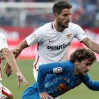 Carriço pugna con Griezmann durante el Sevilla-Atlético (Foto: EFE)