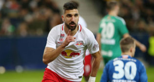 Munas Dabbur celebra un gol con el Salzburg