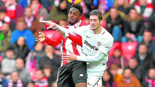 Escudero salta con Williams en el Athletic-Sevilla (Foto: Ander Gillenea)