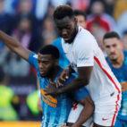 Joris Gnagnon pugna con Lemar durante el Sevilla-Atlético (Foto: Reuters)