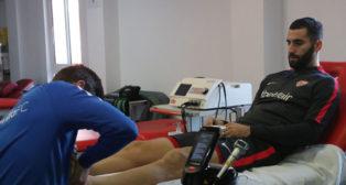 Gonalons es tratado por los fisios del Sevilla de su lesión (SFC)