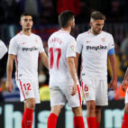 Imagen de los jugadores del Sevilla cabizbajos durante el partido ante el Barcelona (Foto: Reuters)