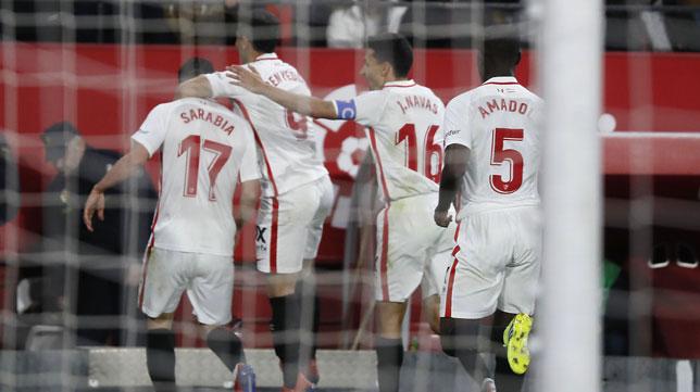 Los jugadores del Sevilla celebran el 1-0 de Sarabia ante el Barça (J. M. Serrano)