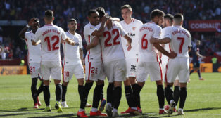 Los jugadores del Sevilla felicitan a Franco Vázquez su gol ante el Levante (J. M. Serrano)