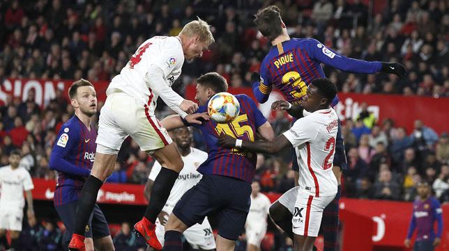Kjaer intenta rematar en un lance del Sevilla-Barcelona (J. M. Serrano)