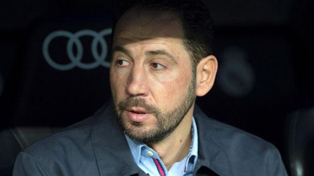 Pablo Machín, entrenador del Sevilla, en el banquillo del Bernabéu (Foto: EFE)