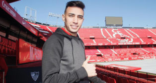 Munir posa en el estadio Ramón Sánchez-Pizjuán (Manu Gómez)