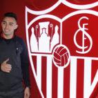 Munir posa con el escudo del Sevilla FC (Manu Gómez)
