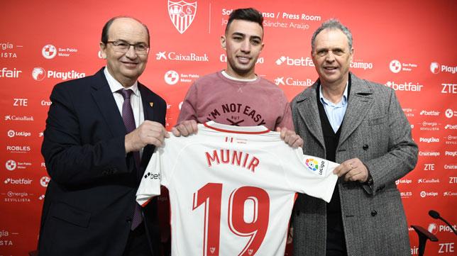 José Castro, Munir y Joaquín Caparrós, en la presentación del futbolista (J. J. Úbeda)