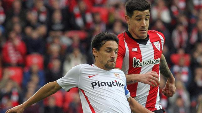 Jesús Navas pugna con Yuri por un balón durante el Athletic-Sevilla (Foto: EFE).