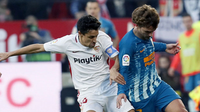 Jesús Navas y Griezmann en una acción del Sevilla-Atlético de Madrid (Foto: EFE)