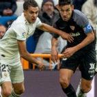 Navas trata de regatear a Reguilón en el Real Madrid- Sevilla (Foto: EFE)