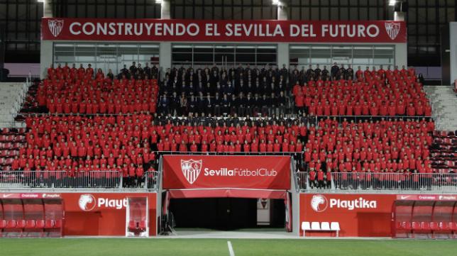 Las 26 plantillas del Sevilla FC posan en el Estadio Jesús Navas (Foto: Juan Flores)