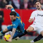 Saúl y Sarabia caen durante el Sevilla-Atlético (Foto: Reuters).
