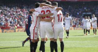 Los jugadores del Sevilla FC celebran el cuarto tanto ante el Levante