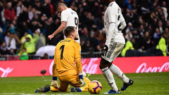 Vaclik, en el suelo durante el Real Madrid - Sevilla