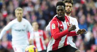 Williams y Sergi Gómez pugnan por un balón en el Athletic-Sevilla de LaLiga (Foto: LaLiga)