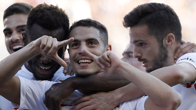 Ben Yedder celebra con varios compañeros uno de sus goles
