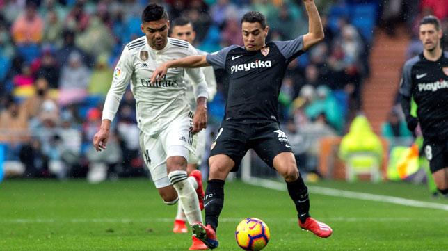 Ben Yedder, con Casemiro, en un lance del Real Madrid-Sevilla (EFE)