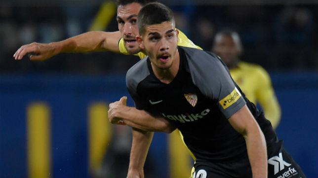 André Silva disputa un balón en el Villarreal-Sevilla (Foto: AFP)