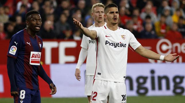 André Silva protesta durante el Sevilla-Eibar (Manu Gómez)