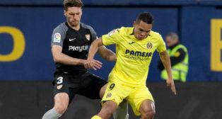 Sergi Gómez trata de robar el balón a Bacca en el Villarreal-Sevilla (Foto: EFE)