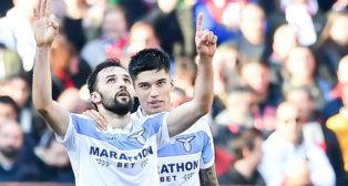 Correa felicita a Badelj por su gol en el Genoa-Lazio (EFE)