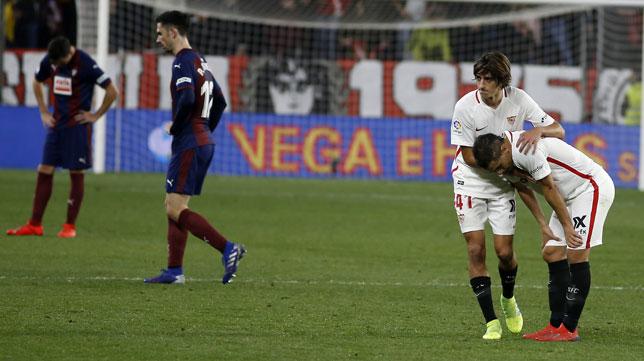 Bryan, junto a ben Yedder, en el Sevilla-Eibar (Manu Gómez)