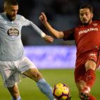 Juncá y Sarabia pugnan por un balón en el Celta-Sevilla (Foto: AFP).