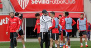 Machín dialoga con Roque Mesa en la sesión previa al Sevilla-Lazio (EFE)