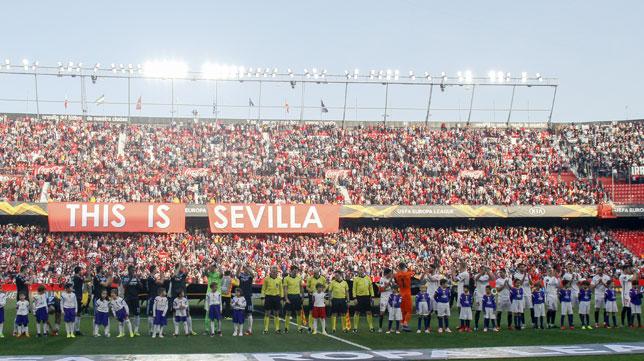 Los equipos posan en el Sevilla FC-Lazio. Foto: Manu Gómez