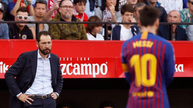 Machín, con cara de circunstancias, en el Sevilla-Barcelona (EFE)