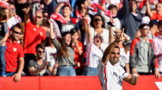 Mercado celebra su gol en el Sevilla-Barça (EFE)