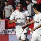 Mercado, felicitado por Jesús Navas tras anotar el 2-1 a favor del Sevilla contra el Barcelona (Foto: J. M. Serrano).