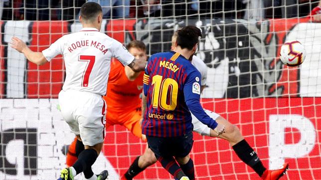 Messi dispara a puerta para lograr el 2-2 en el Sevilla-Barcelona (EFE)