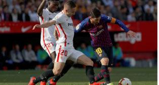 Messi se marcha de Amadou y Rog durante el Sevilla-Barcelona (Foto: EFE).