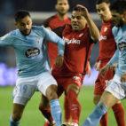 Mercado lucha con Boufal y Okay ante Roque Mesa durante el Celta-Sevilla (Foto: AFP).