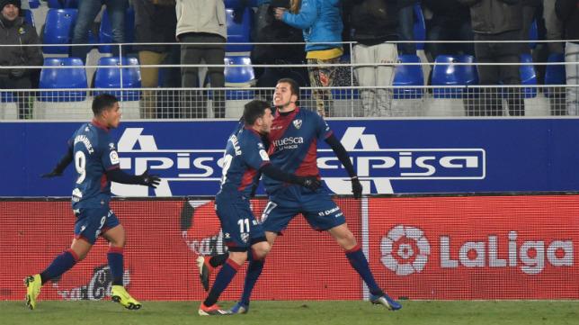 Rivera es felicitado por Gallar y Cucho Hernández