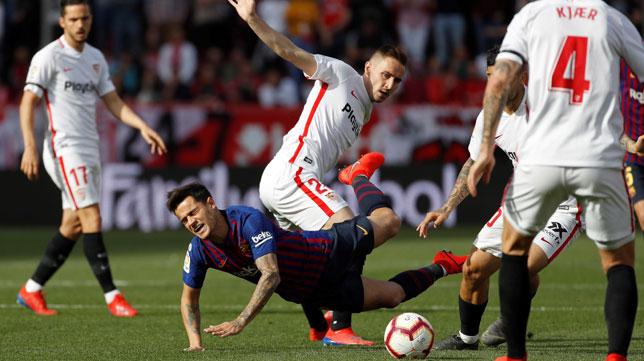Rog intenta frenar a Coutinho en el Sevilla-Barcelona (EFE)