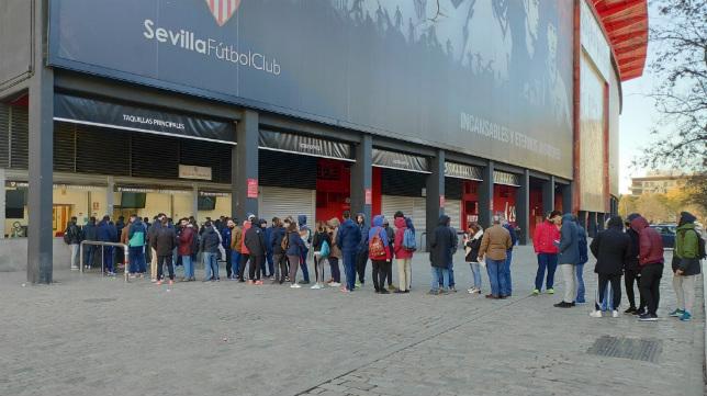 La afición hace colas para sacar las entradas del Lazio-Sevilla en Roma (Foto: SFC)