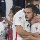Sarabia es felicitado por sus compañeros tras su tanto en el Sevilla-Eibar (AFP)