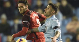Sergi Gómez pugna con Hugo Mallo durante el Celta-Sevilla (Foto: AFP).