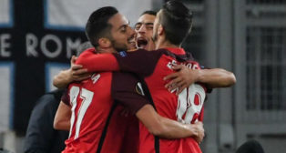 Ben Yedder se abraza con Escudero y Sarabia en el Lazio-Sevilla (AFP)